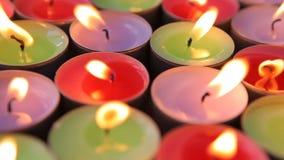 Bränna för många dekorativt stearinljus lager videofilmer