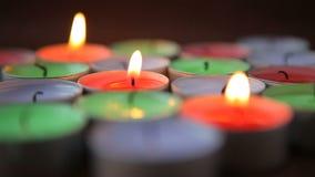 Bränna för många dekorativt stearinljus stock video