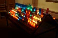 Bränna i kyrka- eller tempelstearinljusen royaltyfria foton