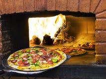 bränna komma ut ugnspizza wood Royaltyfri Foto