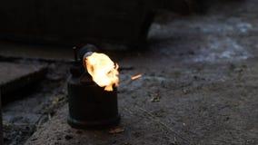 Bränna löda lampan, hårborttagning och svinrengöringsmedlet, förberedelse för att friska i stock video