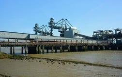 Bränna till kol banan och oljarörledningen från havet för att landa arkivbilder