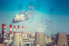 Bränna till kol den avfyrade kraftverket med att kyla torn som släpper ånga in i atmosfär royaltyfri fotografi