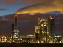 Bränna till kol den drev kraftverket på natten i port av Rotterdam royaltyfri bild