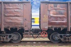 Bränna till kol järnvägbilar och rusa drevet i rörelse. Royaltyfria Bilder