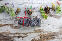 Bränna till kol julgåvor som hänger i en rad royaltyfria foton