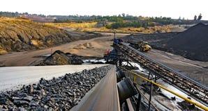 Bränna till kol malm på en transportband för att bearbeta arkivbild