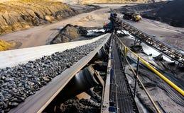 Bränna till kol malm på en transportband för att bearbeta fotografering för bildbyråer