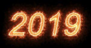 Brännande brand 2019 uttrycker text med flamman och röker i brand på svart bakgrund med den alfabetiska kanalen, det lyckliga beg lager videofilmer