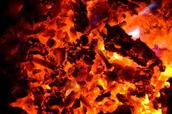 Brännande chiper av icke järnhaltiga metaller på kol med trä fotografering för bildbyråer