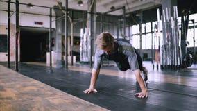 Brännande fett i idrottshallen lager videofilmer