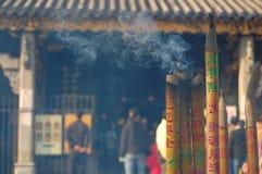 brännande guangzhou rökelse fotografering för bildbyråer