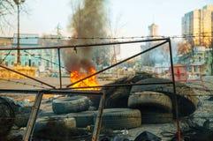 Brännande gummihjul på barrikaden i Kiev royaltyfri fotografi