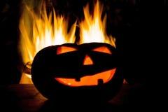 Brännande halloween pumpa som isoleras på svart bakgrund Royaltyfri Foto