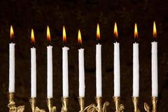 Brännande hanukkah menorastearinljus arkivfoton