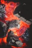 Brännande kol i ugn närbildsikt, bakgrund och textur arkivfoto