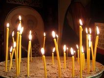 Brännande kyrkastearinljus i tempelferien kom arkivbilder