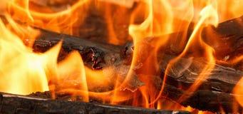 Brännande och glödande kol med den öppen varm flamman och rök arkivbilder