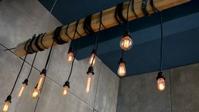 Brännande olik form för Edison kulor som hänger på en stråle i rummet lager videofilmer