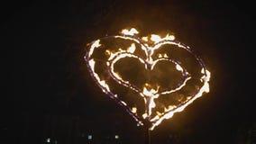 Brännande röd hjärta i flammor burning hjärta arkivfilmer
