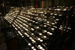 Brännande runda stearinljus på en ljusstake i en kristen tempel arkivfoton