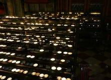 Brännande runda stearinljus på en ljusstake i en kristen tempel royaltyfria foton