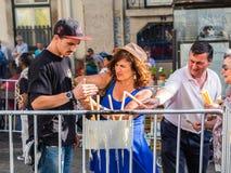 Brännande stearinljus för folk på helgonAnhony beröm i Lissabon Arkivfoton