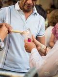 Brännande stearinljus för folk på helgonAnhony beröm i Lissabon Arkivfoto