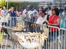 Brännande stearinljus för folk på helgonAnhony beröm i Lissabon Royaltyfri Bild