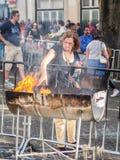 Brännande stearinljus för folk på helgonAnhony beröm i Lissabon Royaltyfria Foton
