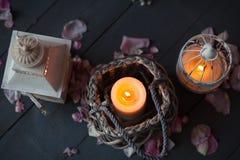Brännande stearinljus i en dekorativ korg och lykta Royaltyfri Bild