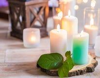 Brännande stearinljus i genomskinliga glass vaser Arkivfoton