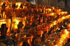 Brännande stearinljus i kyrka Arkivbilder