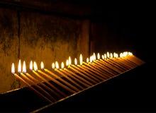 Brännande stearinljus i templet Fotografering för Bildbyråer