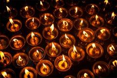 Brännande stearinljus i tibetan buddistisk tempel Arkivbilder