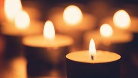 Brännande stearinljus med härligt ut ur fokus Royaltyfri Fotografi