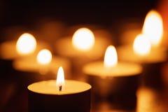 Brännande stearinljus med härligt ut ur fokus Royaltyfria Bilder