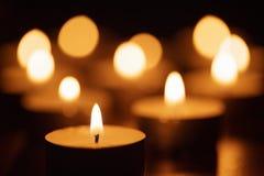 Brännande stearinljus med härligt ut ur fokus Fotografering för Bildbyråer