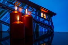 Brännande stearinljus med hemmet med fönstret och ljus Arkivbilder