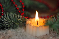 Brännande stearinljus med julgarneringar Arkivfoto