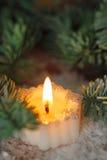 Brännande stearinljus med julgarneringar Royaltyfria Bilder