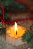 Brännande stearinljus med julgarneringar Royaltyfria Foton