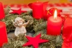 Brännande stearinljus och änglar på Adventkransen Royaltyfria Bilder