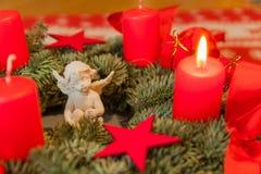 Brännande stearinljus och änglar på Adventkransen Fotografering för Bildbyråer