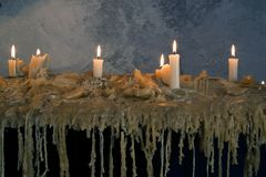 Brännande stearinljus på det smältta vaxet burning stearinljus många burning stearinljus många Arkivfoto