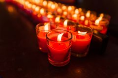 Brännande stearinljus på en buddistisk tempel, tända av att be stearinljus Royaltyfri Bild