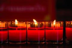 Brännande stearinljus på en buddistisk tempel, tända av att be stearinljus Arkivfoton