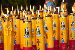 Brännande stearinljus på en kinesisk tempel Arkivfoto