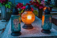 Brännande stearinljus på en kyrkogård under all helgondag Royaltyfri Bild