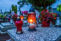 Brännande stearinljus på en kyrkogård under all helgondag Arkivfoton